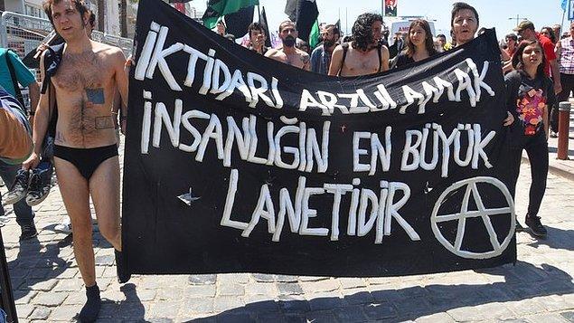 Protestocu grup, daha önceki eylemlerde polisin can güvenliğini sağlayamadığını söyleyerek böyle bir uygulamaya başvurduklarını açıkladı.