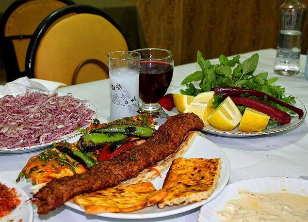 Doğu ve Güneydoğulu rakıseverler et ve kebap ağırlıklı sofralarına acılı, bol baharatlı mezeleri konuk etmeyi sever.