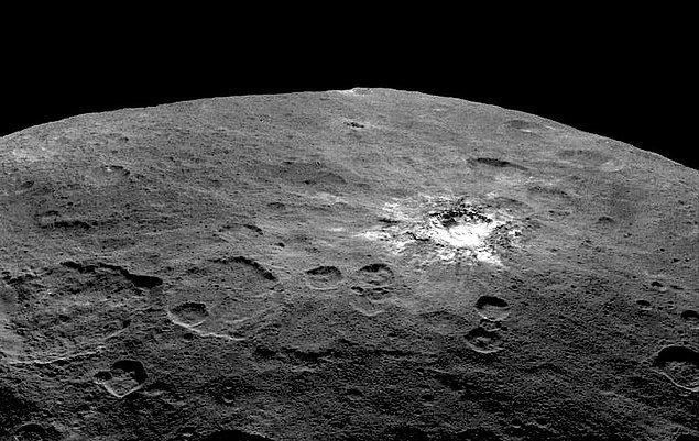 17. Ceres, 940 kilometrelik çevresiyle, Güneş sisteminin bilinen en büyük asteroididir.