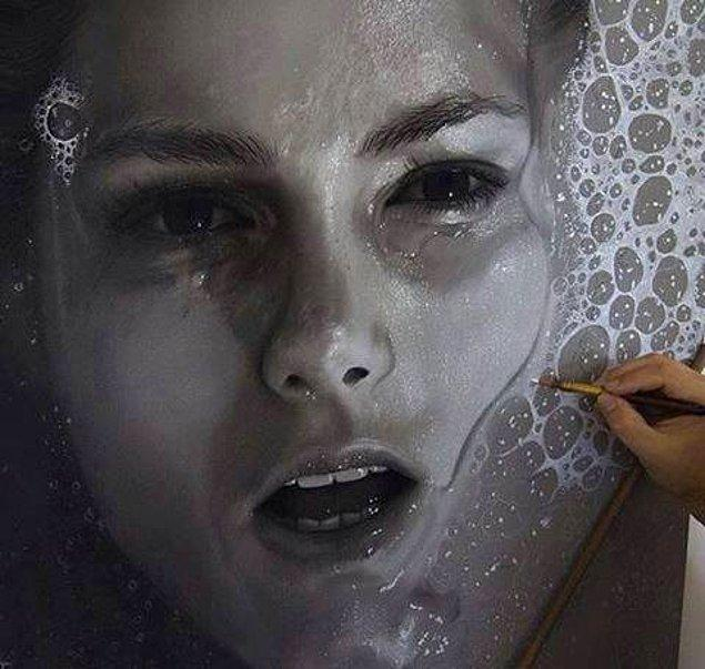 3. Ressam, esas olarak çizdiği olağanüstü hiperrealist eserlerle ünlü.