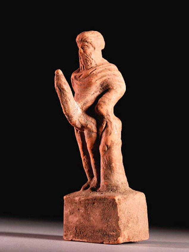 Bu ise aile ve kadınlık tanrıçası Hera tarafından kalıcı ereksiyon, çirkinlik ve aptallık ile lanetlenen verimlilik tanrısı Priapus.