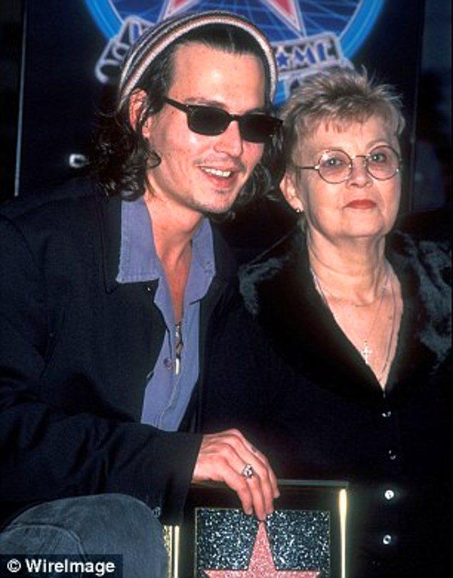 Johnny altı gün önce çok bağlı olduğu annesini kaybetti.
