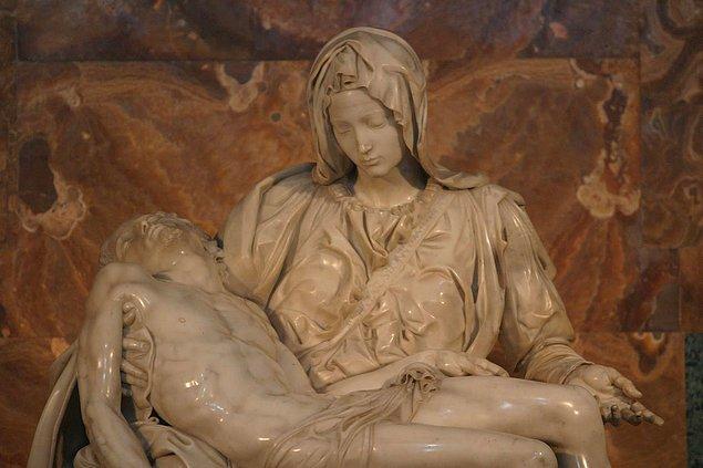 """11. """"Pietà"""", Michelangelo'nun imzasını attığı tek eseridir. Eserlerine imza atmanın bir gurur göstergesi olduğunu düşündüğünden bir daha hiçbir çalışmasına imzasını atmamıştır."""