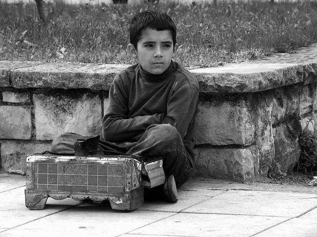 1. Yaşlı bir amcanın ya da okulda olması gereken bir çocuğun ekmeğini kazanmak zorunda olduğunu görmek.