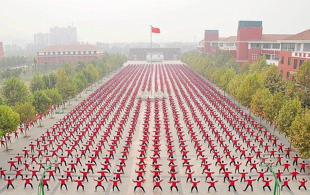 25. Guinness Dünya Rekoru için bir arada Tai Chi yapan öğrenciler.