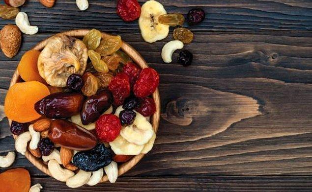 4. Gece acıkmalarınızı yemiş ve kuru meyve ile yok edebilirsiniz. Zararlı yağlardan ve karbonhidrattan kaçıp daha az kalori ile günü tamamlamış olursunuz.