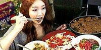 Корейская девушка ест он-лайн и зарабатывает на этом деньги