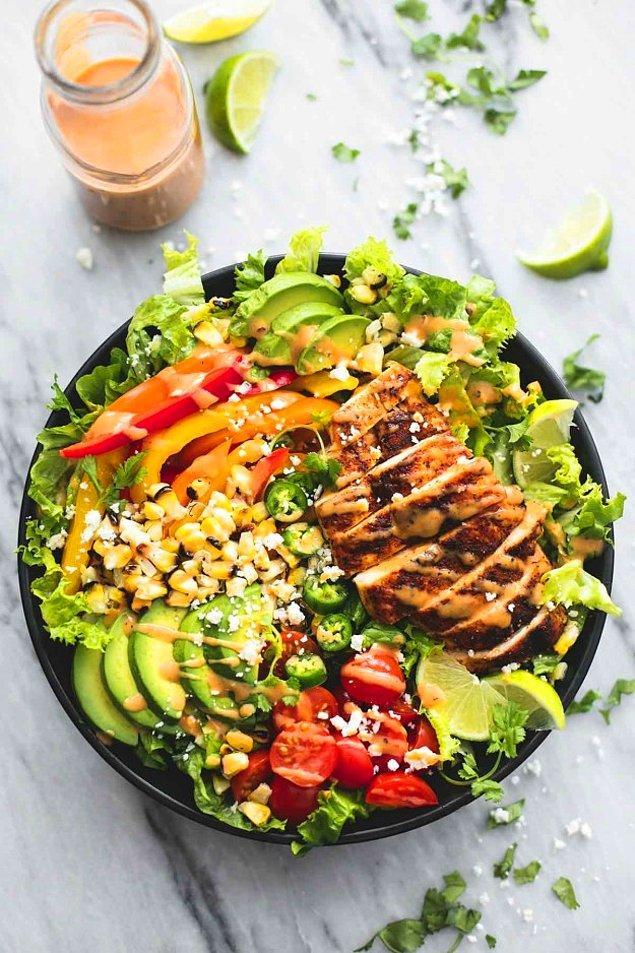 9. Acıdan vazgeçemeyenler için:  Chipotle soslu tavuk salata