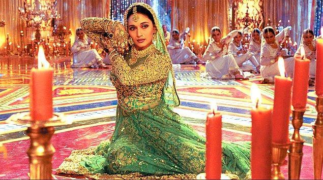 2. Hollywood'da geleneksel ögeler kullanılmaz, her şey fazlasıyla moderndir. Bollywood'da ise düğünlerinden bayramlarına filmin içerisinde birçok geleneğe yer verilir.