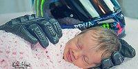 Малышка улыбается во сне в «объятиях» перчаток своего погибшего отца