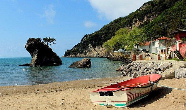 Koyları bir harika ve kumları tertemiz olan İnkumu Plajı, fazla dalgası olmayan deniziyle oldukça ilgi çekiyor.