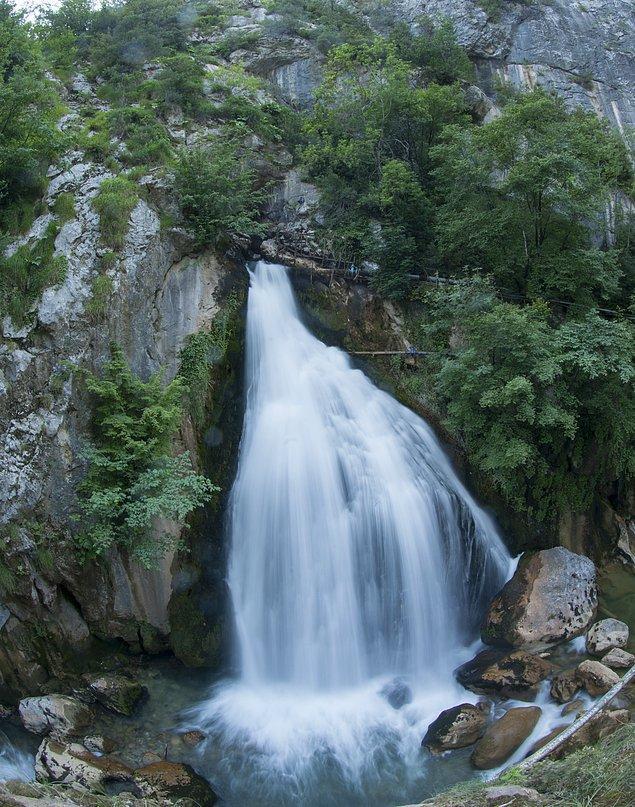 Ulukaya Şelalesi'nin 20 metre yükseklikten akışını yemyeşil doğa içinde gördüğünüzde kesinlikle büyüleneceksiniz.