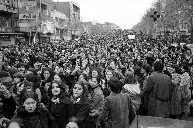 7. İran İslam Devrimi'nden günler sonra kadınlar zorla tesettüre girmeyi protesto ediyorlar, 1979.