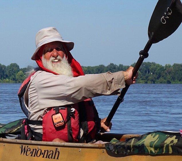 1. Uzunluğu 3.734 km olan Mississippi Nehri'ni boydan boya tek başına kürek çekerek geçen 81 yaşındaki Dale Sanders.