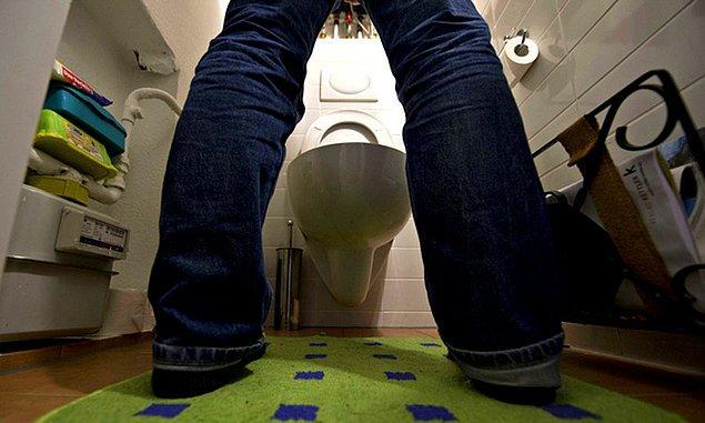 1. Sifonu daha işerken çekerler ve haznedeki su bitmeden işlerini bitirmek için tuvaletle yarışırlar.