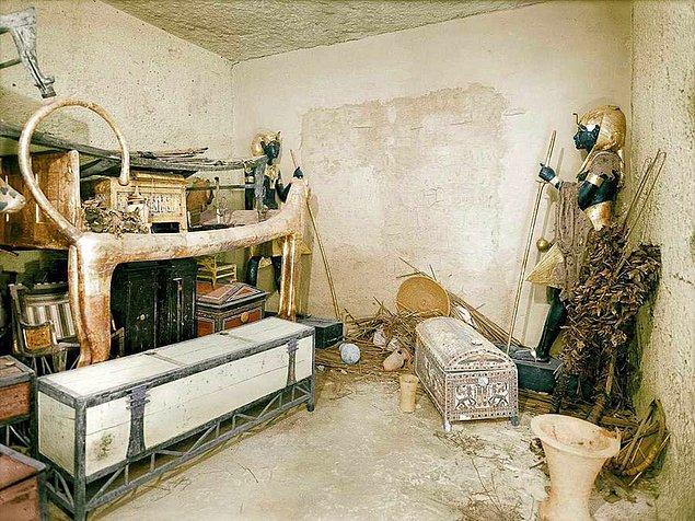 10. Günlük eşyalarının olduğu odanın duvarı gizli bir odaya açılmaktadır.