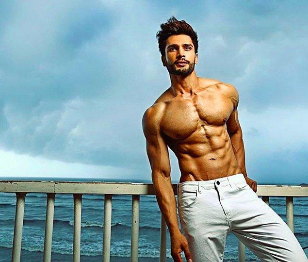 Kusursuz fiziği ve yakışıklılığı ona önce Mr. India yarışmasında, sonraysa Mr. World'de birincilik getirdi.