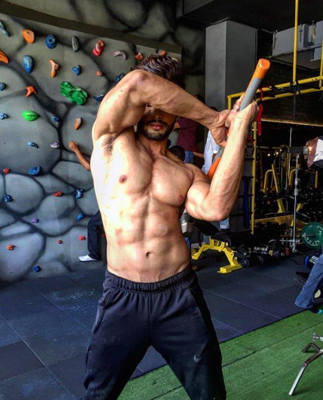 Bununla yetinmeyen Rohit, çalışmalarını daha da sıklaştırdı ve Mr.India yarışmasına katılmaya hak kazandı.