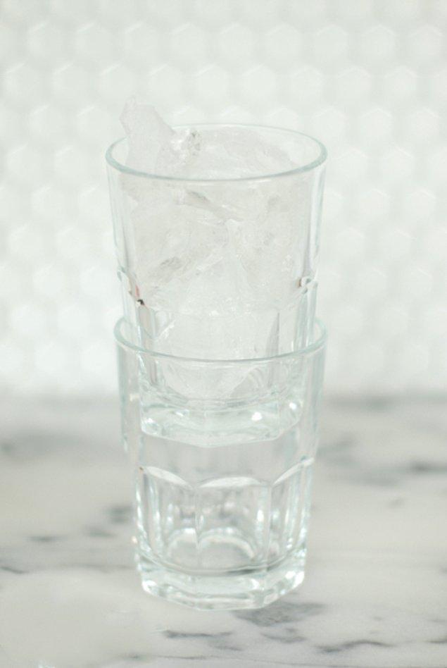 9. Üst üste koyduğunuz bardaklar yapışıp çıkmıyorsa bir leğenin içerisine koyun. Üstteki bardağın içerisine buz koyup leğenin içerisine yavaş yavaş sıcak su koyun. Bardakların kolayca çıktığını göreceksiniz.