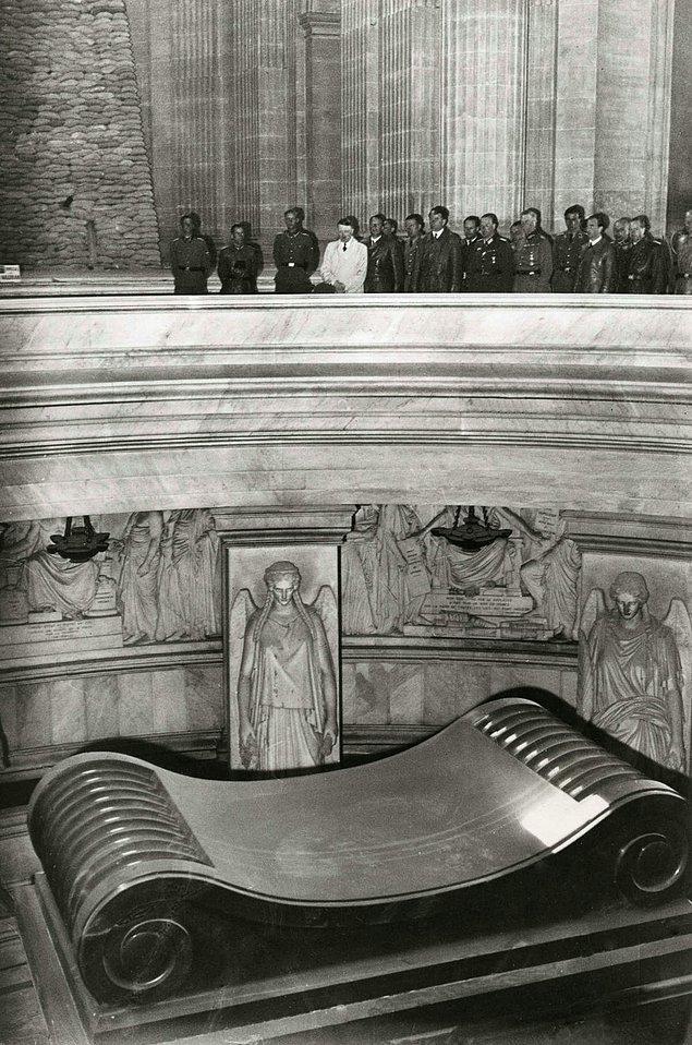 15. Adolf Hitler, Paris'teki Les Invalides'te yer alan Napolyon'un mezarında, 1940.