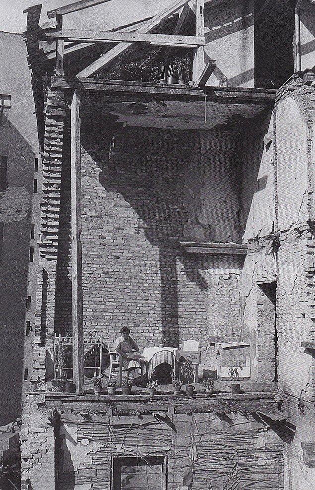 17. 2. Dünya Savaşı sonrası evin salonunu balkon olarak bir kadın, Berlin, 1946.