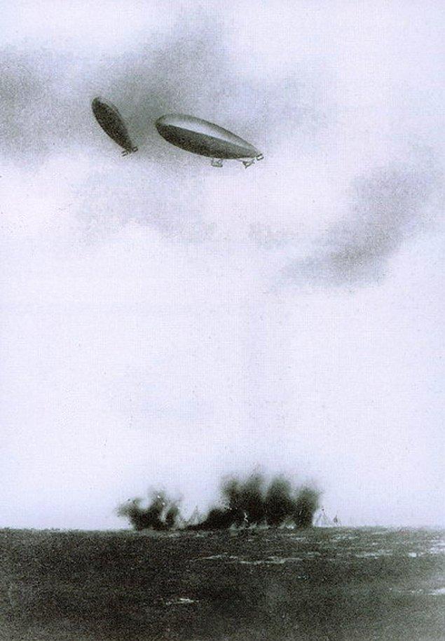 26. Trablusgarp Savaşı sırasında İtalyan zeplinler Türk mevzilerini bombalarken, 1911-12.