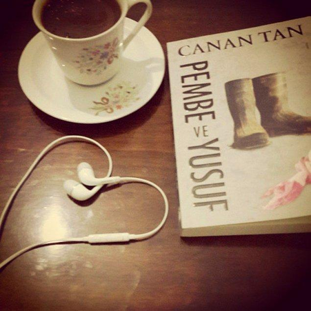 13. Kitap okurken müzik de dinlediğinizi belli eden kulaklıklar, seçkin bir okuyucu olduğunuz fikrini verecektir insanlara.