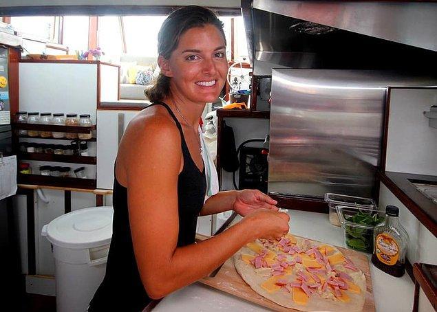 9. Tabii teknenin bir pizzacıya dönüşme sürecinden sonraki mevzu ise leziz pizzalar yapabilmeyi öğrenmek olmuş. Haliyle pizza yapmayı bilmiyorsanız pizzacı ne işe yarar?