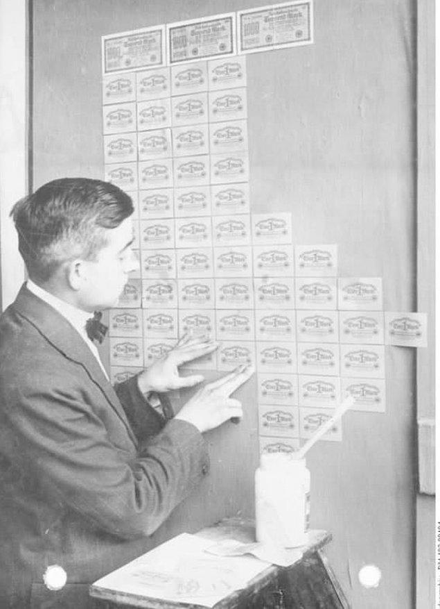 9. Almanya'da banknotların duvar kağıdı olarak kullanıldığı bir döneme ait fotoğraf.