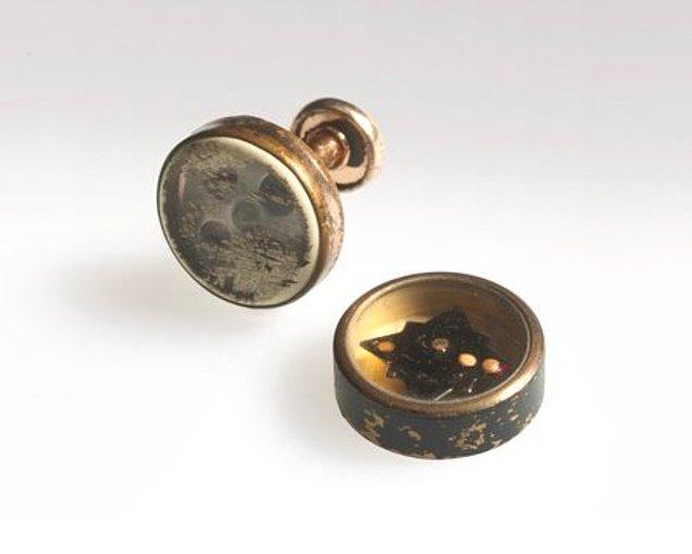 13. İçine pusula yerleştirilmiş kol düğmesi