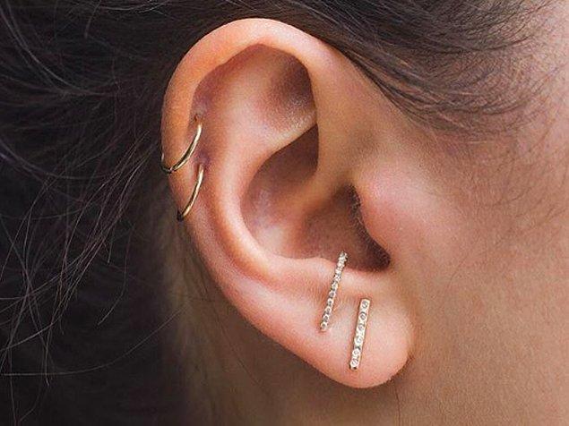 Küpenin bu şekilde durabilmesi için kulak memenizin üstündeki kıkırdağın arkasında bir çukur oluşturacak şekilde dik olması gerekiyor.