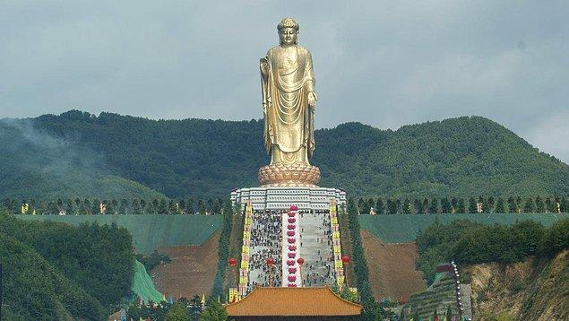 16. Dünyanın en büyük heykeli, 153 metrelik uzunluğuyla Çin'de yer alan Buda İlkbahar Tapınağı'nda bulunmaktadır.