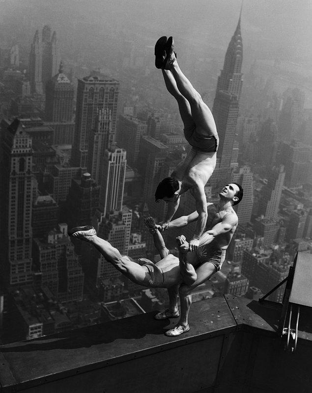 12. Empire State binasının zirvesinde gösteri yapan akrobatlar , 1934.
