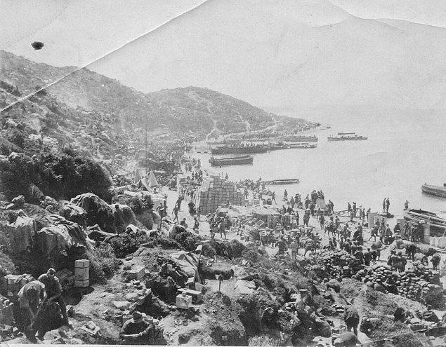 13. İlk demir atmadan 7 gün sonra Anzak Koyu, Gelibolu, Mayıs 1915.