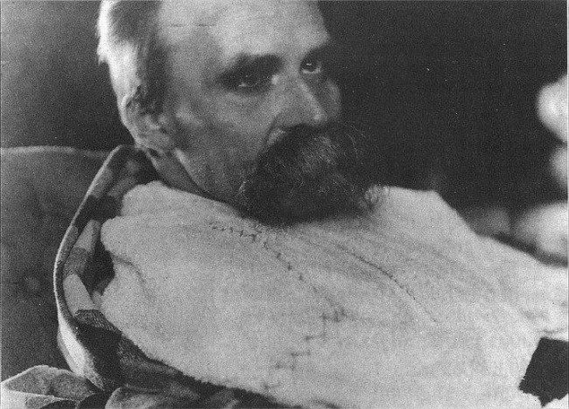 22. Friedrich Nietzsche bir psikiyatri hastanesindeyken, 1899.