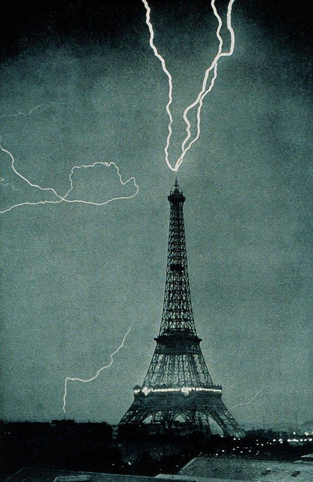 28. Yıldırım çarptığı sırada Eyfel Kulesi, 3 Haziran 1902.