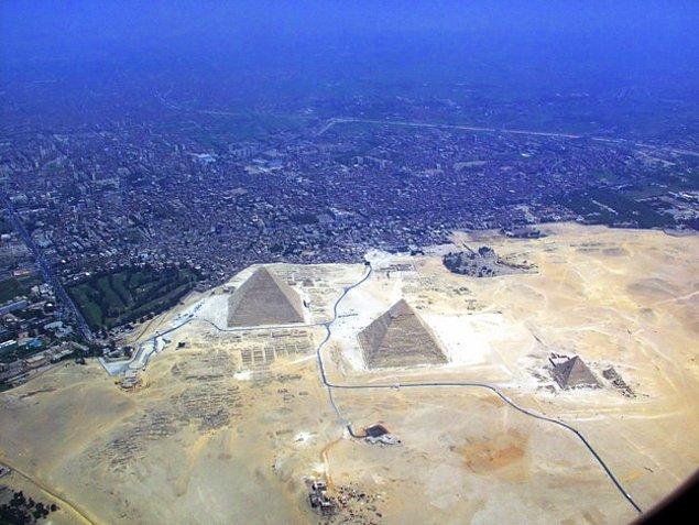 Но на самом деле они находятся неподалеку от Каира