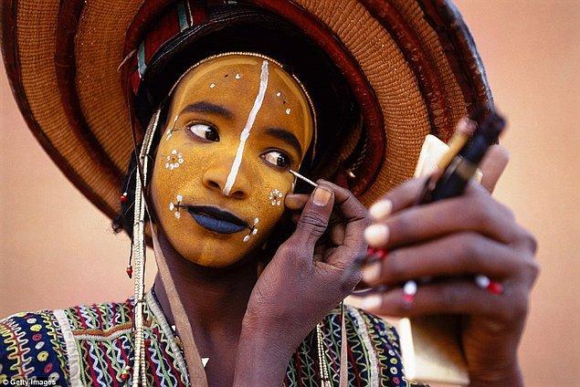 Eylül ayında gerçekleştirilen ve Gerewol adı verilen bu festivalde erkeklerin hazırlanması bazen 6 saati bulabiliyor.