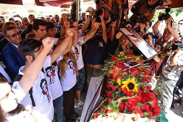 Türkali'yi uğurlayanlar arasında TBMM Başkanı İsmail Kahraman'ın gündeme getirdiği Devrimci Liseliler üyesi öğrenciler de vardı