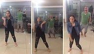 Ütü Yaparken Çaktırmadan Kızının Dansına Katılan Eğlenceli Baba