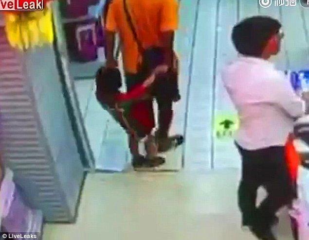 İki elinden tuttuğu çocuğunu arkasında yürüten baba dengesini kaybedince üzerine düşerek çocuğun ölümüne neden oldu.