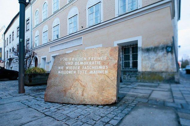 """Evin geçmişine ilişkin tek işaret, önündeki bir taşa kazınmış """"Faşizme bir daha asla. Milyonlarca ölünün anısına"""" sözleri"""