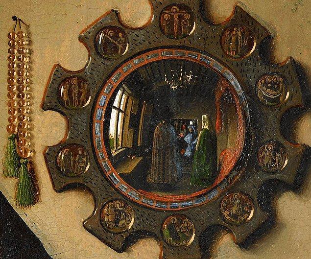 Çiftin arkasındaki aynadan yansıyan görüntüde Jan van Eyck'i görebiliyoruz.