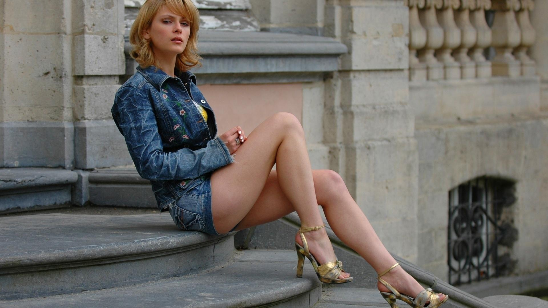 Блондинки в юбках джинсовых — pic 7