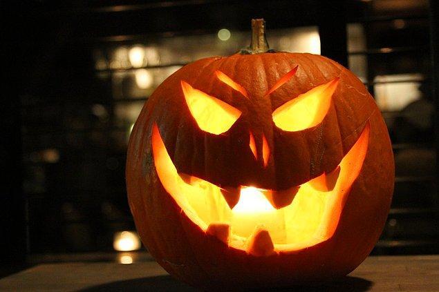 Elbette Halloween, ezelden beri çocukların kapı kapı dolaşıp şeker topladığı, gençlerin bir araya gelip garip kılıklara büründüğü bir bayram değildi...
