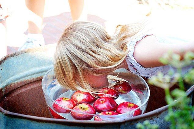 Bu elma daha sonra, bugün halen bir Halloween klasiği olan 'su dolu kovadan ağızla elma yakalama oyunu' olan apple bobbing'in çıkış noktası olacaktı.