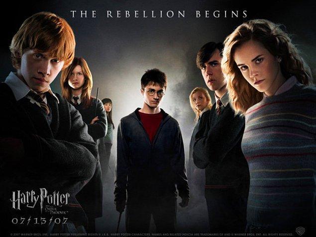 """5. Bu sırada serinin, """"Harry Potter ve Zümrüdüanka Yoldaşlığı"""" adlı 5. filminin galası yapıldı."""