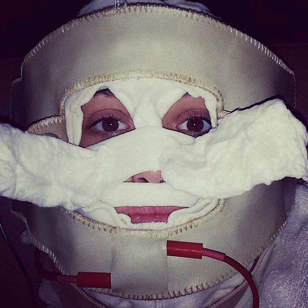 1. Emmy Rossum bu fotoğrafta bir ameliyattan henüz çıkmış falan değil!