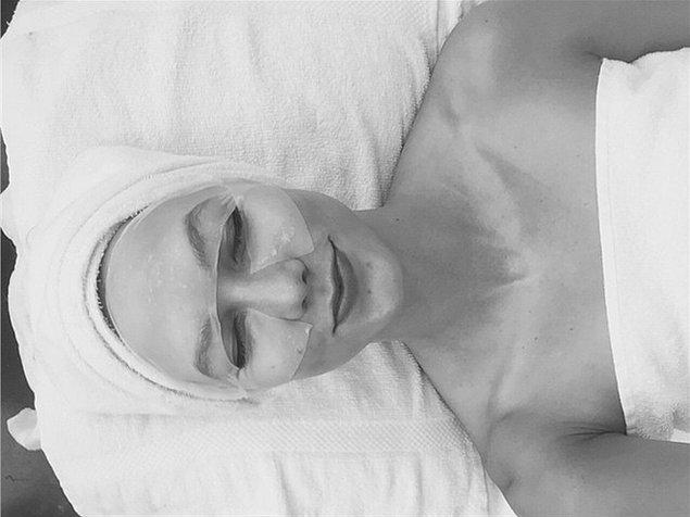 10. Karlie Kloss tüm o mükemmelliği ve suratındaki jelatiniyle, çalıştırılmayı bekleyen yüksek teknoloji ürünü bir robot gibi.