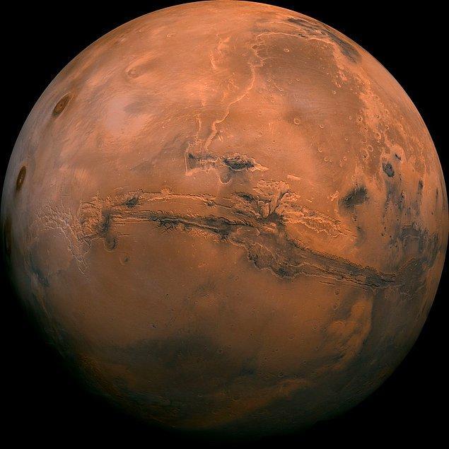Bir zamanlar suya ve kalın bir atmosfere sahip olduğu bilinen Mars gezegeni, tam olarak az önce sözünü ettiğimiz durumdan milyarlarca yıl önce nasibini almış ve bugünkü atmosfersiz hâlini almıştır.